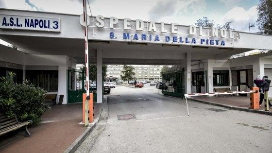 Nola, pazienti curati a terra in ospedale: tre dirigenti sospesi
