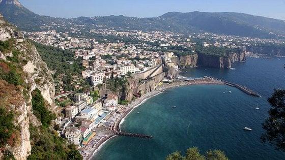 Napoli: shopping in orario di lavoro, denunciato psicologo della Asl