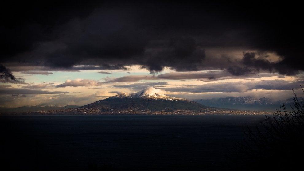 Neve e  nuvole: il Vesuvio come in un dipinto