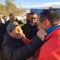 Maradona abbraccia Sarri: