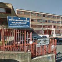 Armati di pistola rapinano le compagne di scuola: ragazzo reagisce, ferito