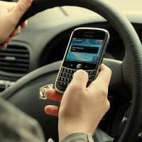 Tutti al volante con il cellulare, a Ischia stretta della polizia