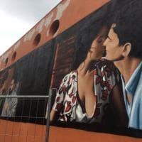 Incanta il murale con il bacio tra Troisi e la Cucinotta