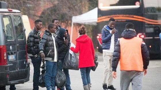 Migranti a Vitulano, il sindaco blocca la strada di accesso
