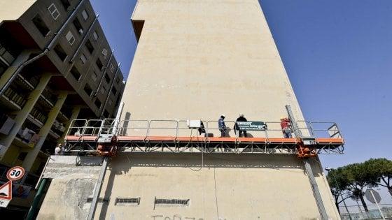 """San Giovanni, il murale di Maradona divide il Bronx. Jorit: """"Porto la bellezza anche qui"""""""