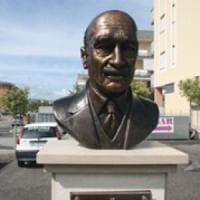 Rimosso il busto di Almirante nel Salernitano