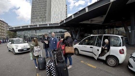 Taxi, prosegue la protesta a Napoli: picchetti alla Stazione Centrale