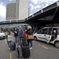 Napoli, sciopero taxi, crumiro prende clienti a bordo, i colleghi lo inseguono:
