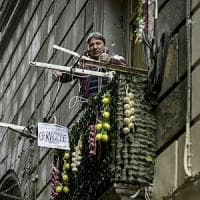 Neomelodico canta su un balcone del centro storico di Napoli: esplode la protesta