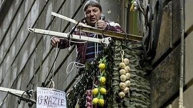Neomelodico canta su un balcone del centro storico: esplode la protesta   ft -     video