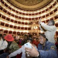 Musica, cori e sorrisi: il San Carlo accoglie 1300 immigrati