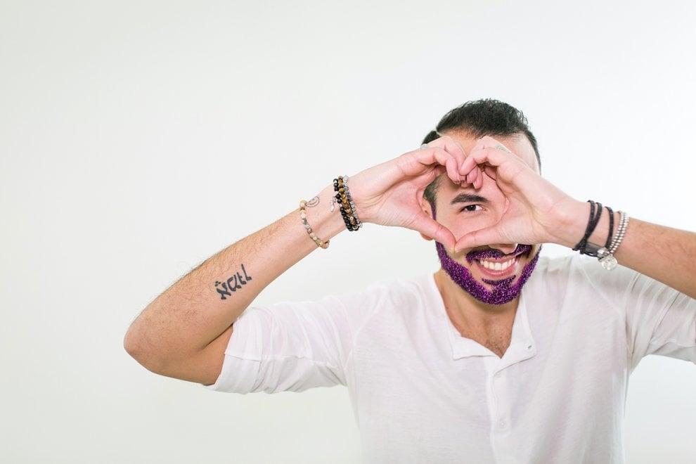 #Ioamoledonne, uomini con la barba fucsia per dire no alla violenza di genere