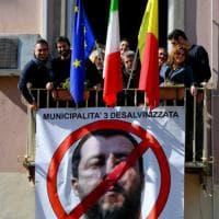 Napoli, sulla facciata di un palazzo comunale striscione  contro Salvini