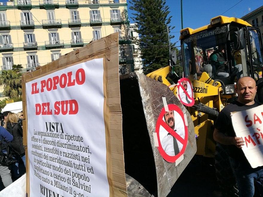 Corteo anti-Salvini, slogan e bandiere: c'è anche una ruspa