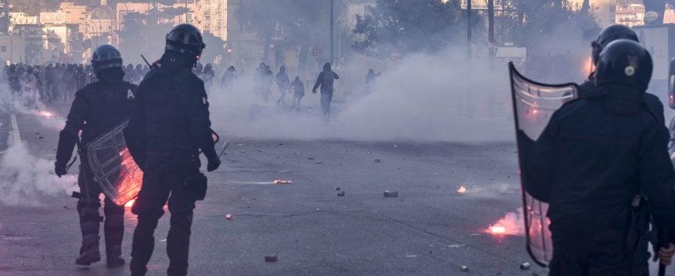 Napoli: scontri al corteo anti Salvini, sassi e molotov. La polizia carica. Auto distrutte, cittadini si rifugiano nei negozi