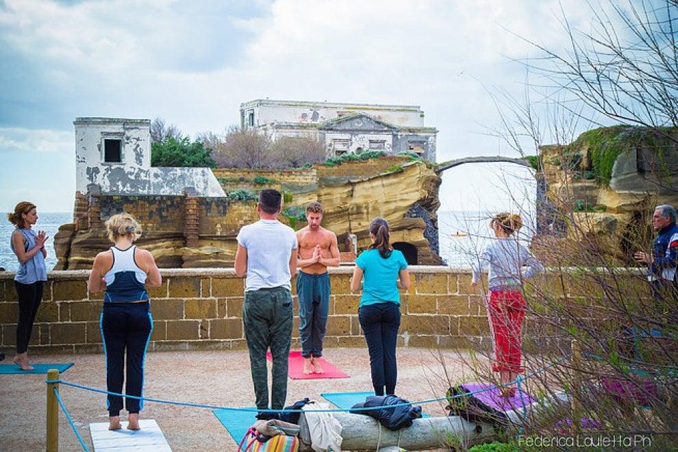 """Torna """"YoGaiola"""": sedute di Yoga nell'area protetta della Gaiola"""