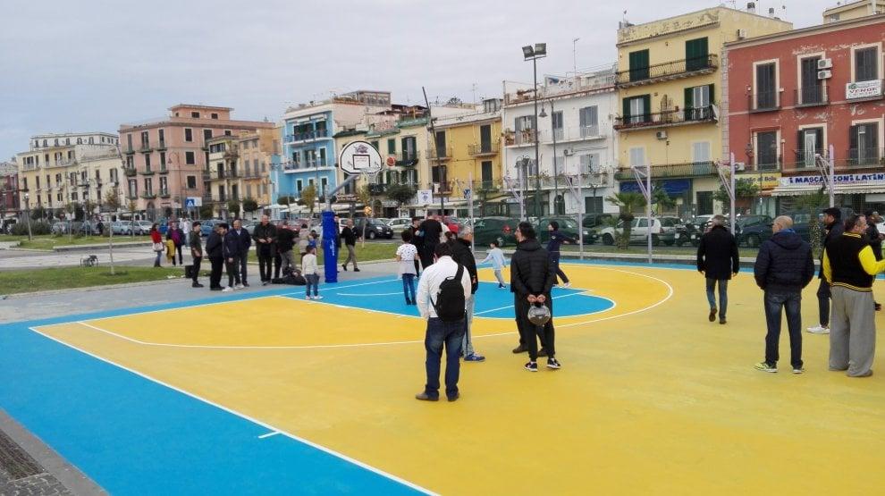 Pozzuoli, l'inaugurazione del playground nato da un'idea dei Charlatans Basket Napoli