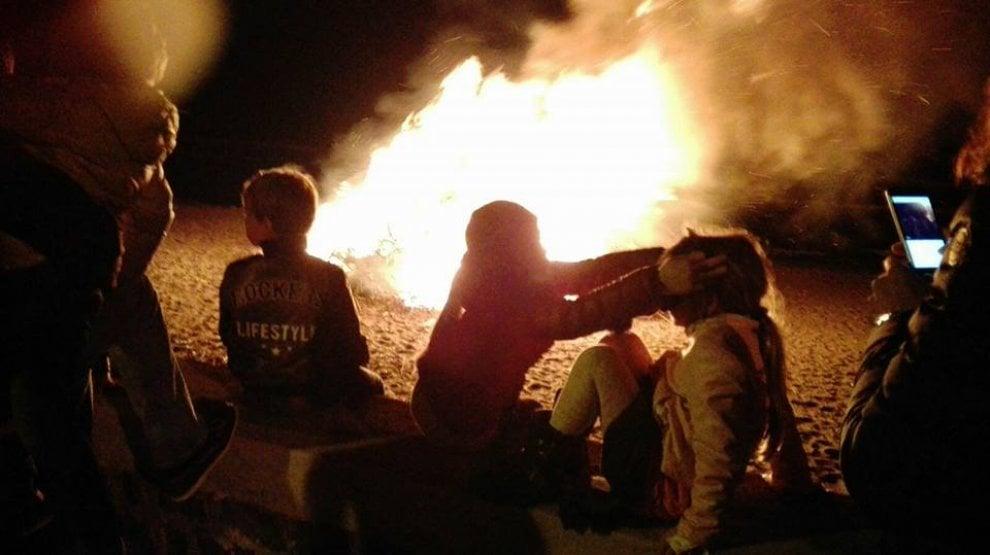 San Giuseppe, a Procida in spiaggia attorno al fuoco per il rituale del Menerio