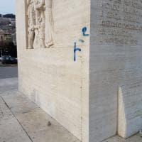 Di nuovo imbrattato il basamento della statua di Diaz sul lungomare: è lo stesso graffito