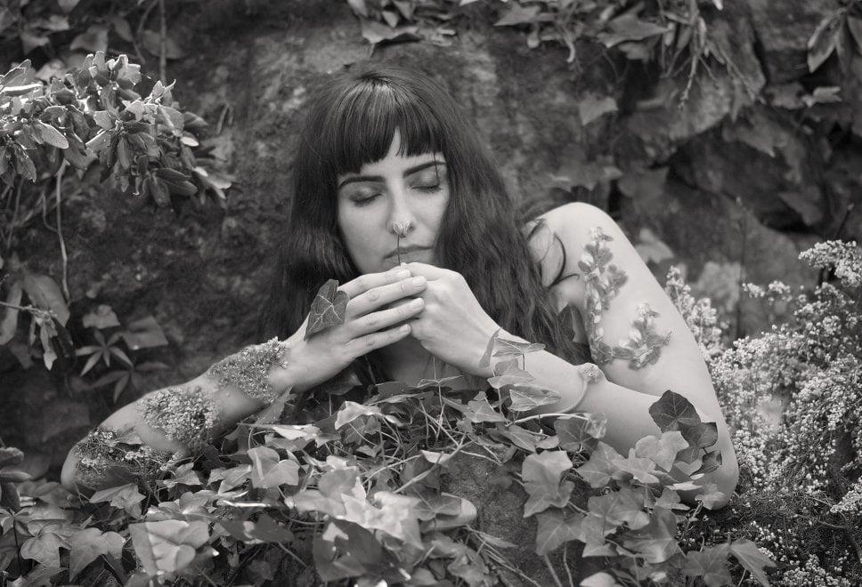 Donna e natura, un rapporto intimo nelle foto di Gino Di Meglio