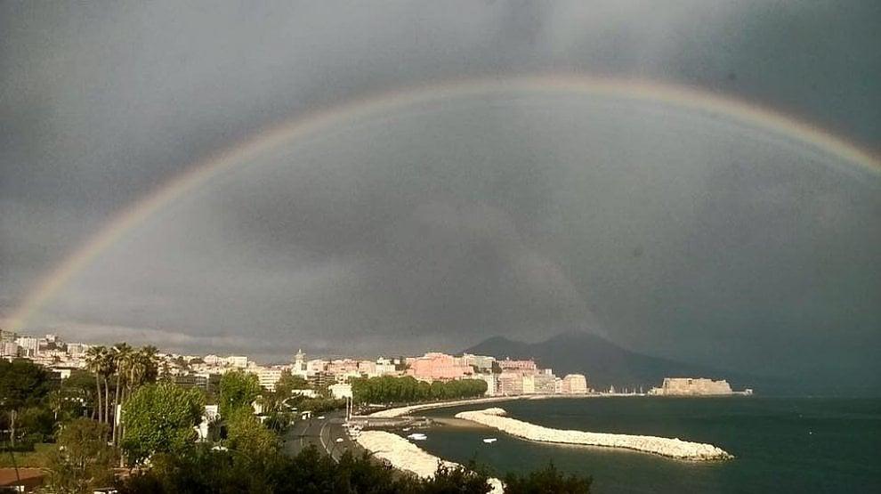 Un arcobaleno sul golfo, la foto dal consolato