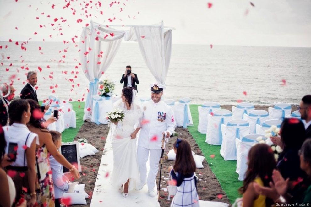Boom di matrimoni sulla siaggia nei Campi Flegrei: ecco le nozze eco-friendly