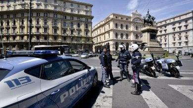 L' offensiva anti parcheggiatori abusivi  blitz della polizia in tutta la città   foto