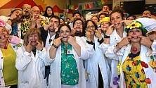 Patch Adams visita  i bambini del Santobono    La linguaccia dei medici