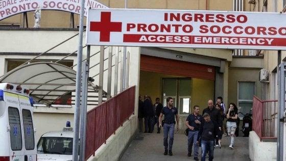 Napoli, turisti inglesi scippati del Rolex e feriti