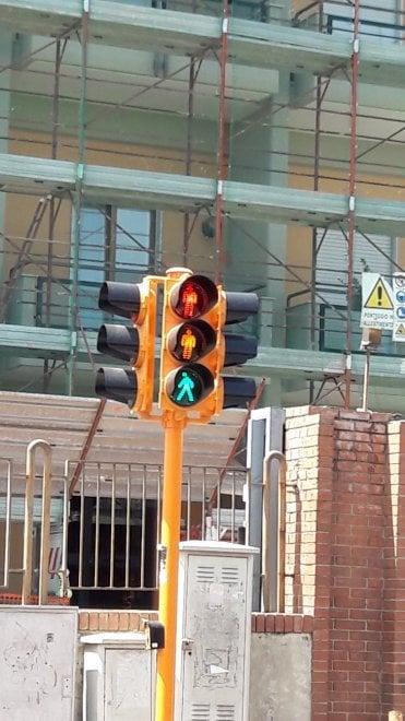 Il semaforo impazzito di via Manzoni