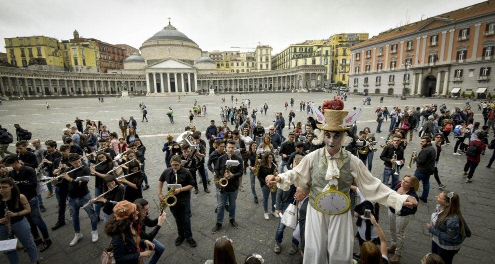 """Napoli si trasforma nel """"Paese delle Meraviglie"""" per il flash mob del San Carlo"""