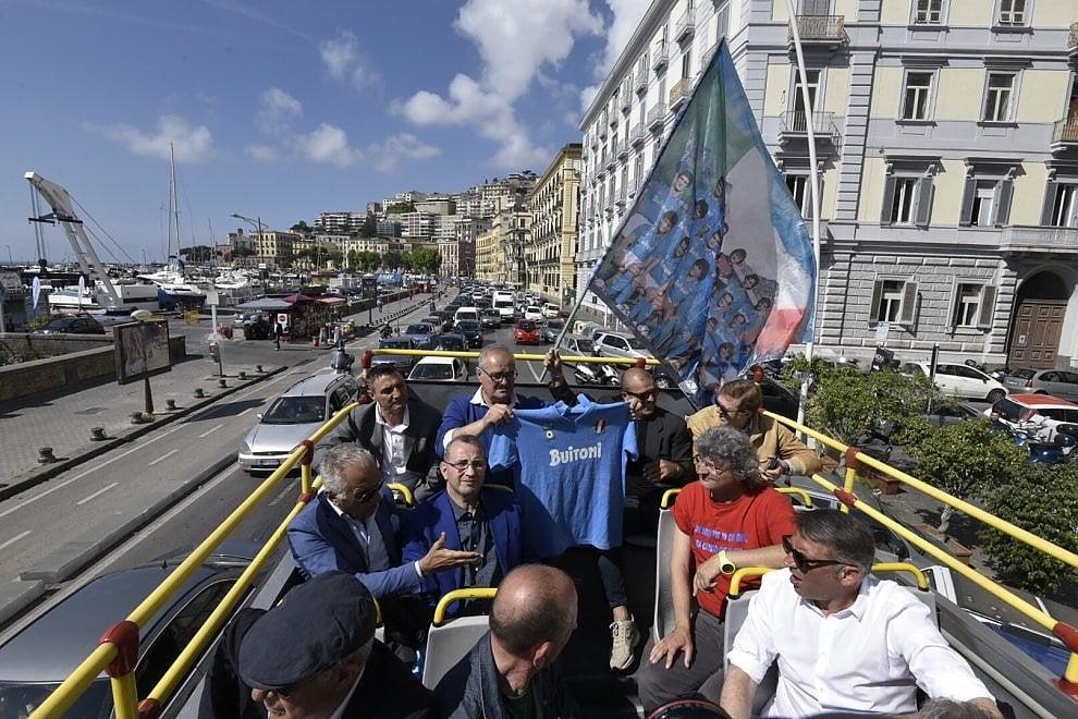 Il Napoli celebra il primo scudetto:  giocatori in tour su un bus scoperto