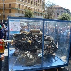"""Falcone, folla in piazza per l'auto della scorta: """"Non li hanno uccisi, quegli agenti siamo noi"""""""