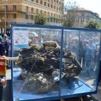 """Falcone, folla in piazza per l'auto della scorta: """"Non li hanno uccisi, quegli agenti..."""