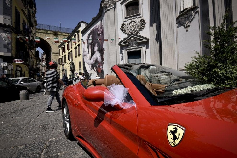 Matrimonio In Ferrari : Il matrimonio in ferrari nel rione sanità di napoli