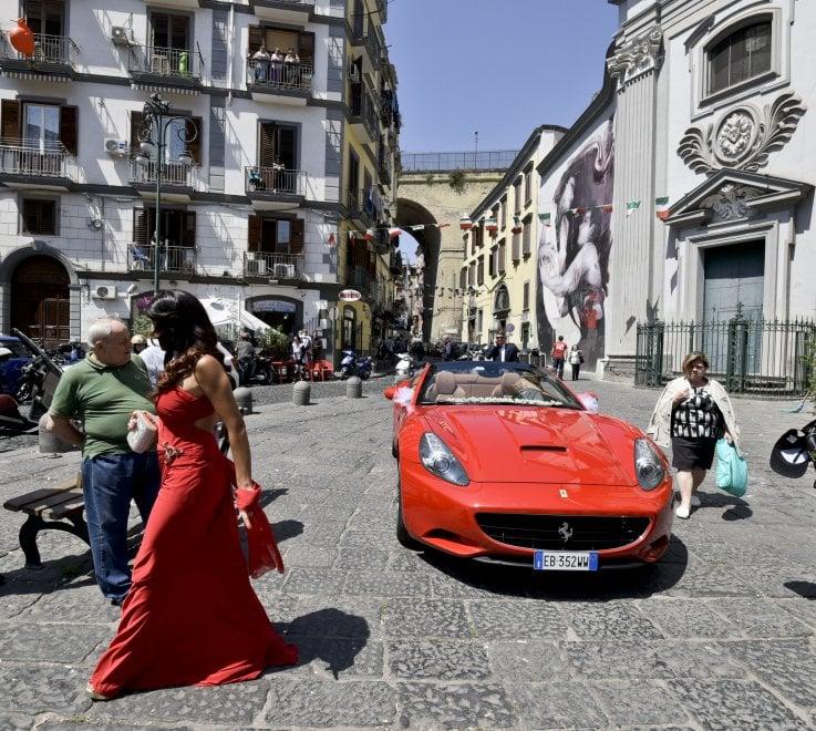 Matrimonio In Ferrari : Il matrimonio in ferrari nel rione sanità di