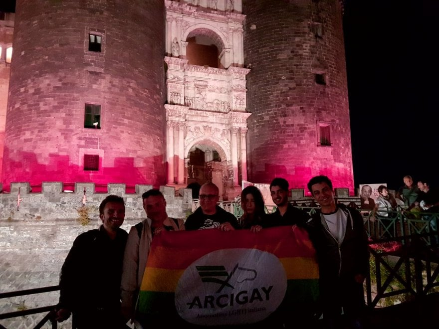 Il Maschio Angioino s'illumina di rosa contro l'omo-transfobia
