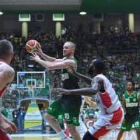 Basket, finale da brividi a Reggio. Leunen decide partita e serie con un canestro sulla sirena