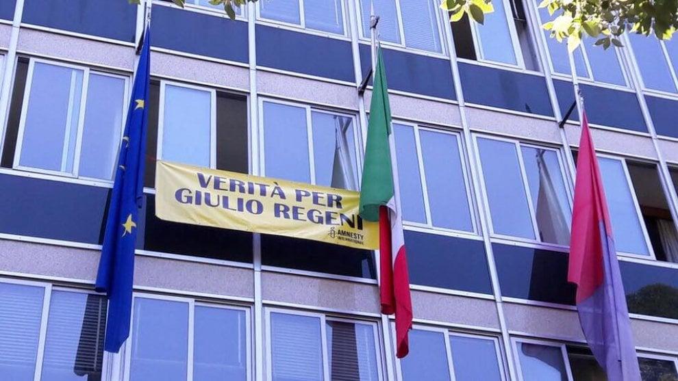 """Lo striscione """"Verità per Giulio Regeni"""" esposto al Comune di Caserta"""
