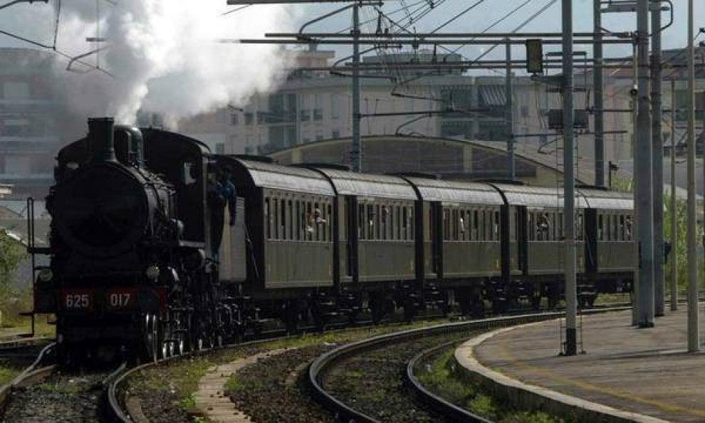 In viaggio su un treno d'epoca da Napoli al Cilento