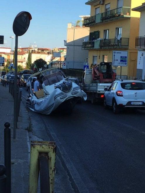 Un gommone finito in strada blocca il traffico a Pozzuoli