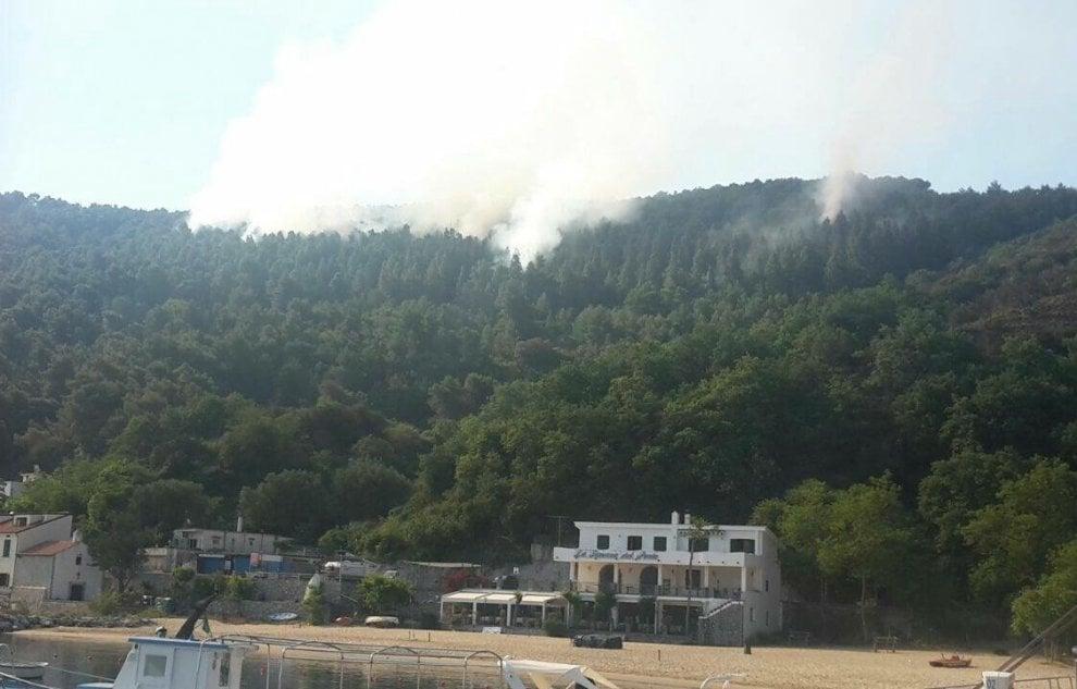 Pineta in fiamme a Palinuro, polemiche sui soccorsi