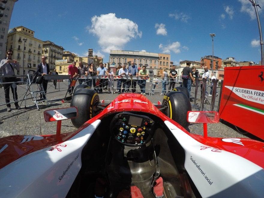 Assalto di fan per le Ferrari a piazza Mercato