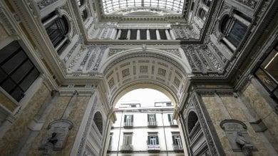 Giallo, beige e tinte varie: che pasticci  la Galleria Umberto I multicolor   foto