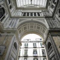 Giallo leggero, beige e tinte varie: che pasticcio a Napoli, la Galleria Umberto I...