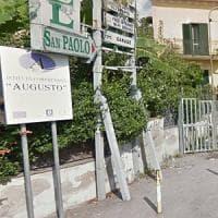 """Accoltella compagno in classe in una scuola di Napoli. Il preside: """"Un bullo con buoni..."""