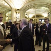 Stretta di mano tra De Luca e de Magistris all'inaugurazione di Furturo Remoto in piazza Plebiscito