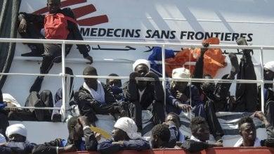 """Migranti, sbarcano in 1444 al porto  di Napoli, 22 donne incinte, """"impossibile identificare i minori"""""""