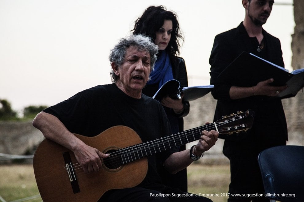 Suggestioni all'imbrunire: Eugenio Bennato canta il suo omaggio a Carlo D'Angiò