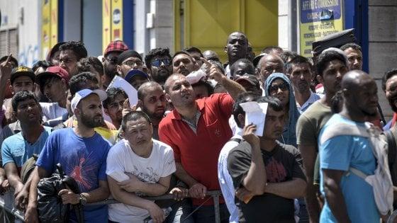 Napoli, duemila immigrati in fila per il permesso ...